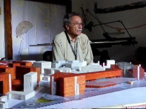 Marco Romano davanti al plastico realizzato da Monica Boschi