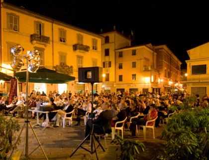 Piazza Luni, luglio 2009: l'annuncio del ricorso al Tar
