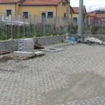 Il parcheggio in via Turì, ancora ingombro di materiali.