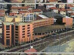la parte pubblica: il palazzo a mutanda a ridosso dei binari (6 piani) e sullo sfondo, il palazzo di 4 piani lungo 90 metri e l'edifico, sempre di 4 piani, che sostituirebbe il vecchio mercato