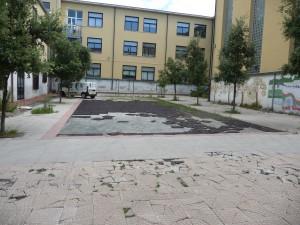Scuola XXI Luglio: il cortile oggi. Spreco di denaro pubblico.