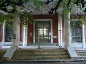 La scuola di viale XXI Luglio: ingresso sbarrato da cinque anni.