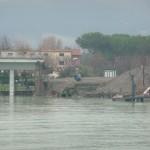 La rampa del ponte della Colombiera spazzata dalla piena della Magra l'anno scorso